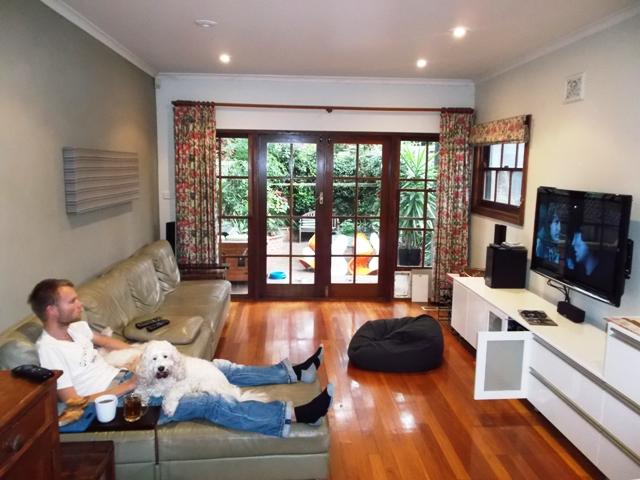 There's no place like home. In de huiskamer Lord Of The Rings kijken met twee hondjes is inmiddels echt wel heel relaxed.