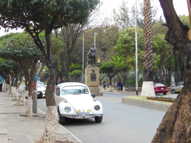 Het straatbeeld van Sucre kenmerkt zich door de vele oude Volkswagen Kevers en andersoortige brikken. Geen APK, wel erg schattig.
