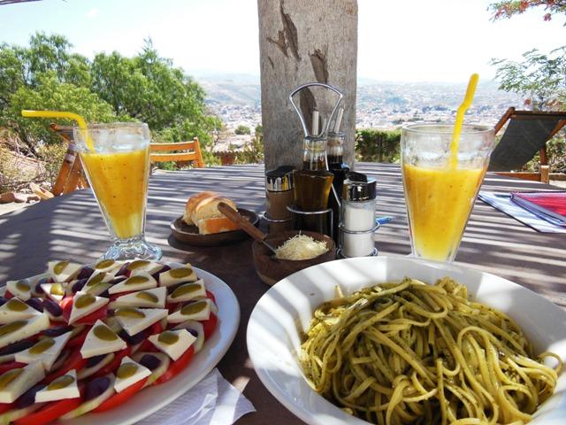 Vanuit 'El Mirador' in Recoleta kun je tijdens een heerlijke lunch met verse sapjes genieten van een prachtig uitzicht over Sucre.