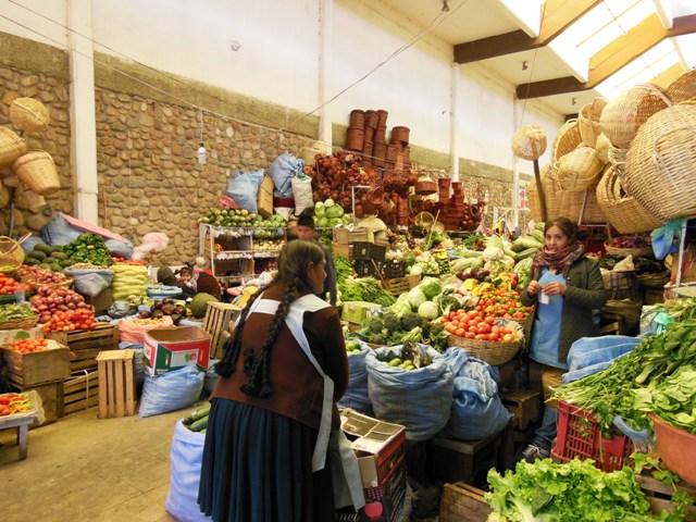 Op de 'Mercado' vind je alles; van Bolivia's beste fruitshakes tot  WC-eend . En je kunt er zelfs voor een prikkie terecht voor lunch en diner.
