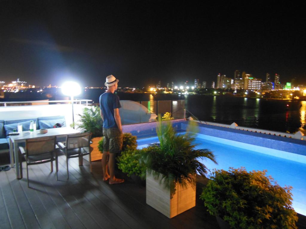 Met backpacken heeft dit niets te maken, maar voor €100,- per nacht vind je in Cartagena schitterende hotels met -zoals hier- een 'rooftop pool' met unieke vergezichten. Ook wel eens lekker!
