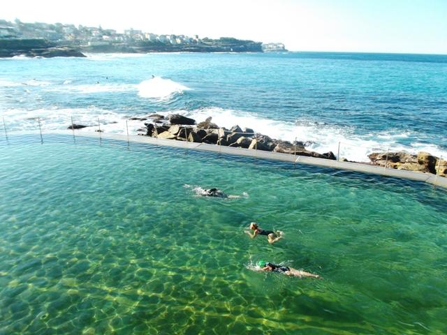 Hartje winter, maar gewoon baantjes trekken bij 'Iceberg', de lokale jetset 'ocean swimming pool' bij Bondi Beach. Niet voor mietjes dus - gelukkig is er ook een sauna.