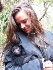 Howler Monkey baby Mancha met haar surrogaatmoeder Andrea.