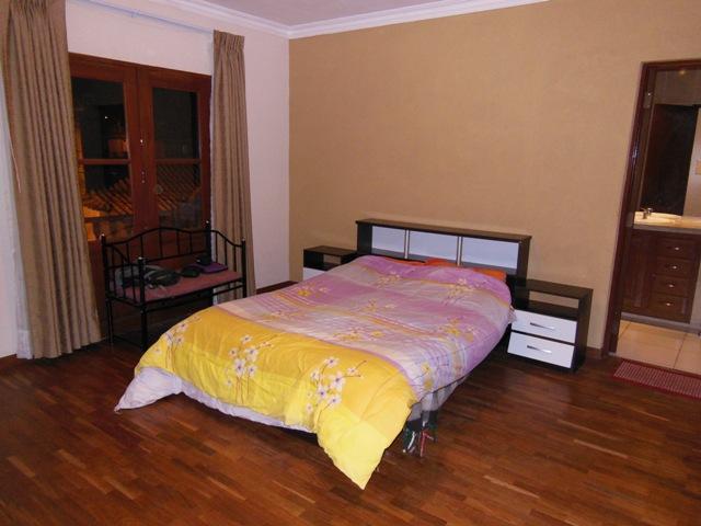 Onze 'Master Bedroom' inclusief eigen badkamer, WiFi, en gebruik van woonkamer, keuken en tuin voor maar €10,- per nacht