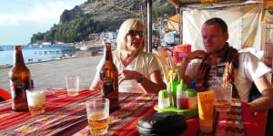 Met een pilsje aan het Titicaca meer