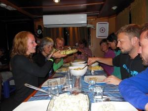 Gezellig eten aan boord van de King of the Seas (Galapagos)