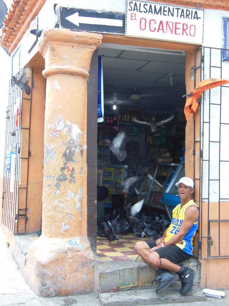Cartagena is supertoeristisch, maar het lokale leven is nog niet helemaal overlopen door het toerisme. Deze meneer voert de duiven gerust in zijn winkeltje.