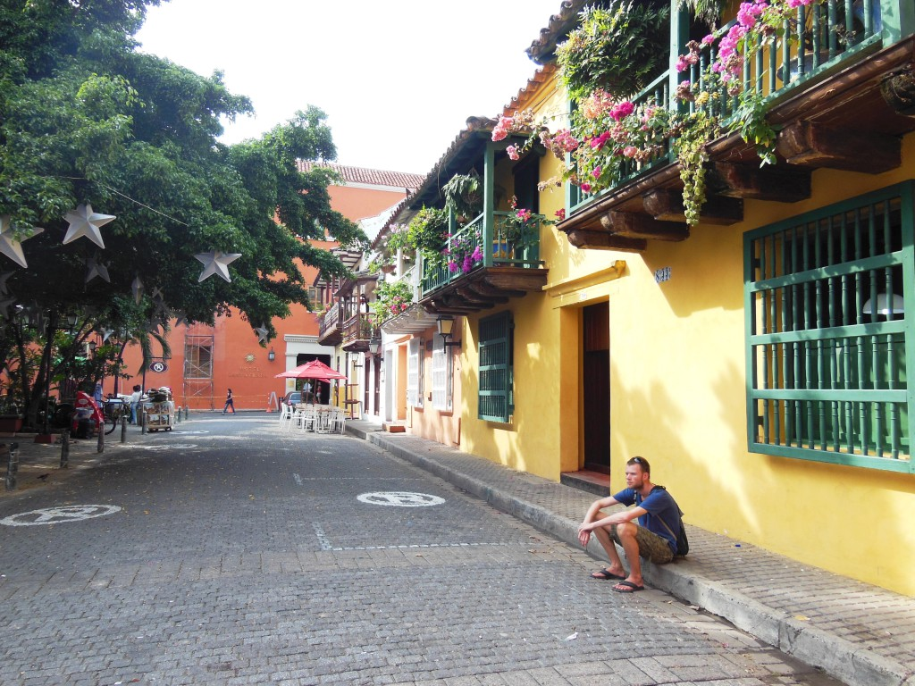 De prachtige kinderkop-straatjes staan boordevol huizen met pastelkleurige gevels, houten balkons en veel groen