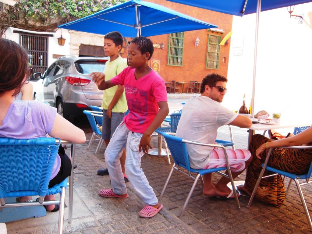 """In het oude centrum van Cartagena vind je """"La Cevicheria"""". Een populair restaurant voor authentieke ceviche (rauwe vissoep). Deze knaapjes probeerden hier met rappen/beatboxen hun zakcentje te verdienen!"""