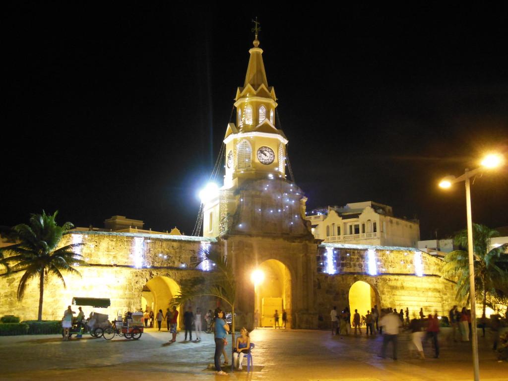 's Avonds verandert het oude centrum van Cartagena in een prachtige plek vol lichtjes, terrasjes en een fijne temperatuur.