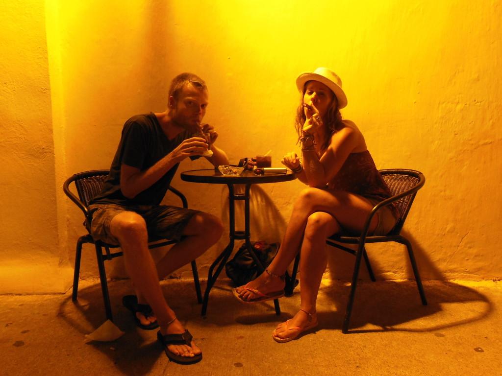 Misschien wel ons meest tot de verbeelding sprekende foto. En dat alleen dankzij de Reiswijs Voucher van Filip, voor een Cuba Libre en een sigaar.