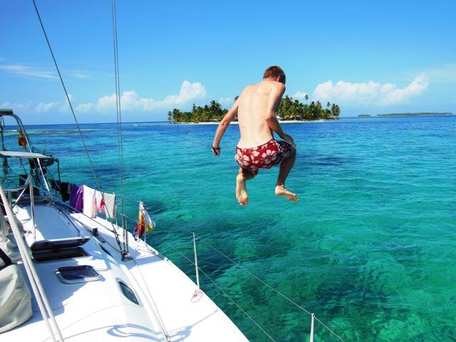 Jump vanaf de zeilboot - San Blas