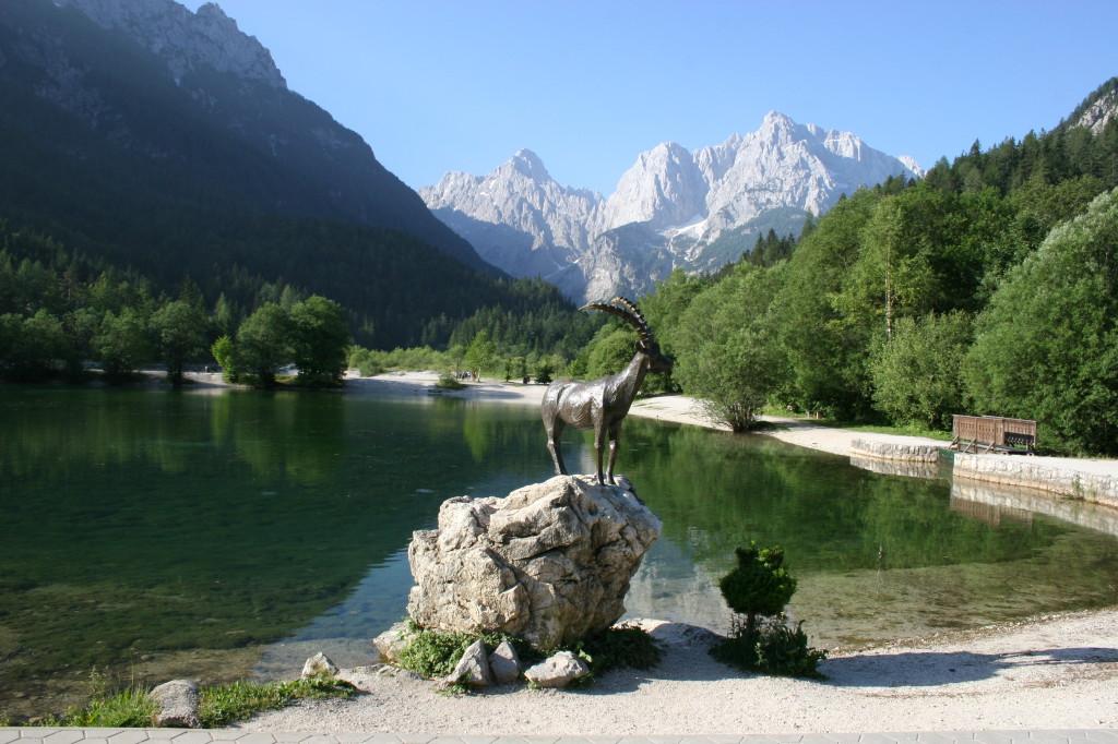 Lake Jasna met zicht op de bergtoppen rondom de Vrsic Pas