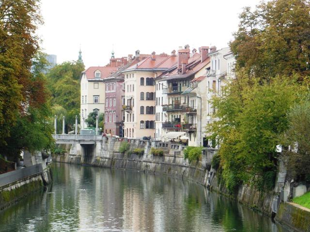 De Ljubljanica Rivier stroomt door het centrum van Ljubljana.