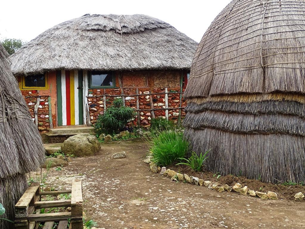 Homestay Swaziland beehive hutten en Bobo's reggae huisje van leem