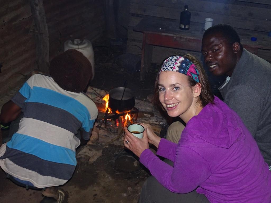 Swaziland Homestay Bobo maakt avondeten op open vuur