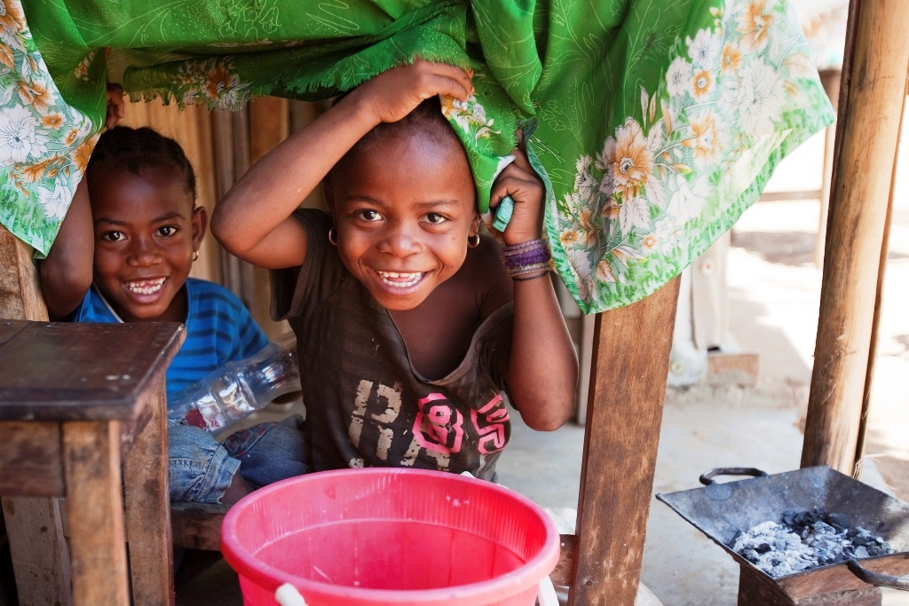 Kiekeboe met de lokale kinderen op Madagaskar