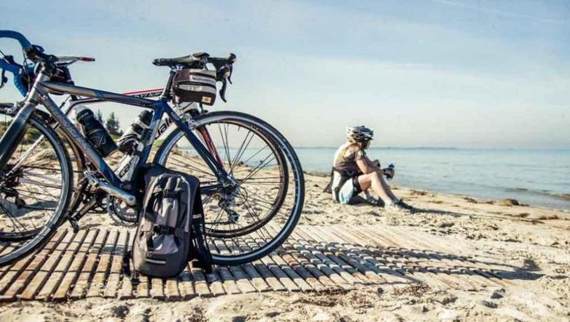 Strand van Lolland-Falster aan de N8 Oostzeeroute in Denemarken (fietsroute van het jaar 2019)