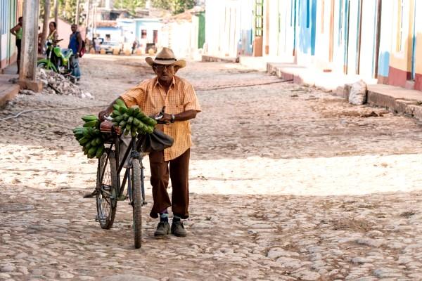 Cuba, local met bananen op de fiets