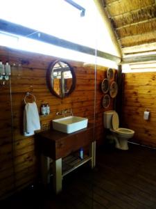 Safaritent met mooie badkamer bij Shindzela Tented Camp in Timbavati, Zuid-Afrika