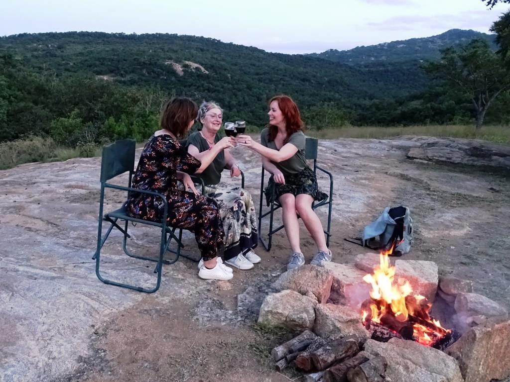 Zuid-Afrikaanse wijntjes bij het kampvuur @Tomjachu Bush Retreat, Nelspruit (Zuid-Afrika rondreis tip!)
