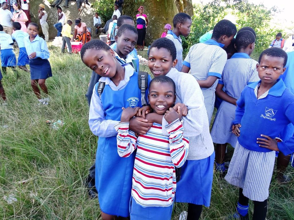 Nieuwsgierige kinderen tijdens onze homestay in Swaziland