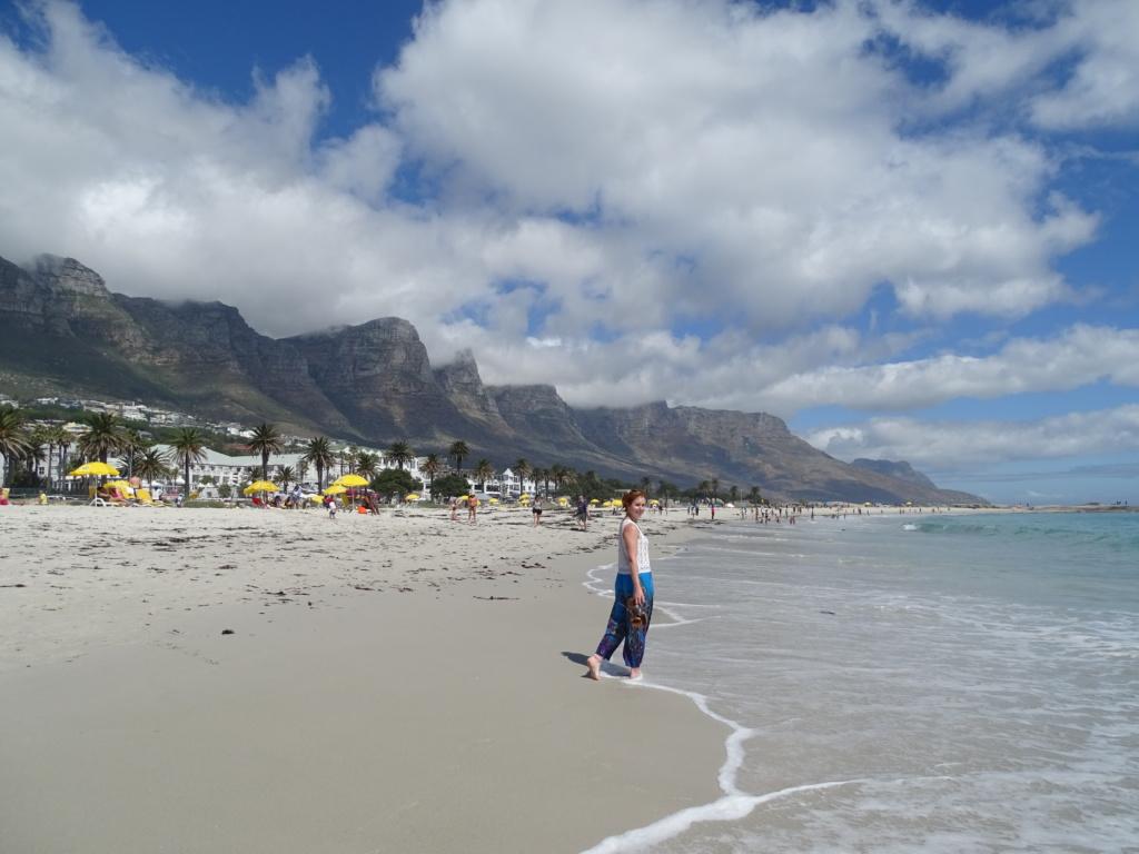 Het prachtige strand van Camps Bay in Kaapstad (Zuid-Afrika rondreis tip!