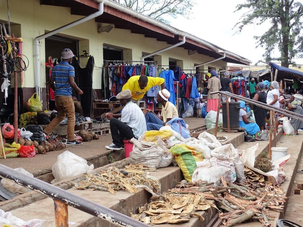 Gedroogde etenswaren op een lokale markt in Manzini (Swaziland rondreis tip!)