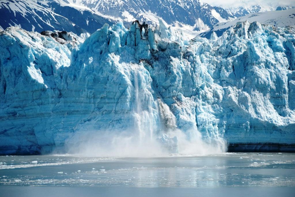 Cruises Alaska - tijdens je gletsjertour zie je grote brokken ijs afbreken (Alaska vakantie tip!)